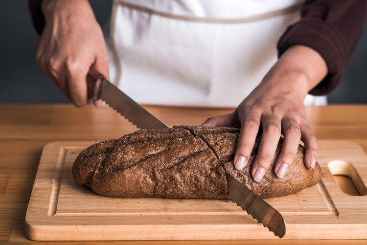 Brotmesser mit Wellenschliff-Klinge für einen sauberen Schnitt